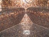 <h5>Dampfdusche im Badezimmer</h5><p>Dampfdusche im Badezimmer mit Ecksitzen</p>